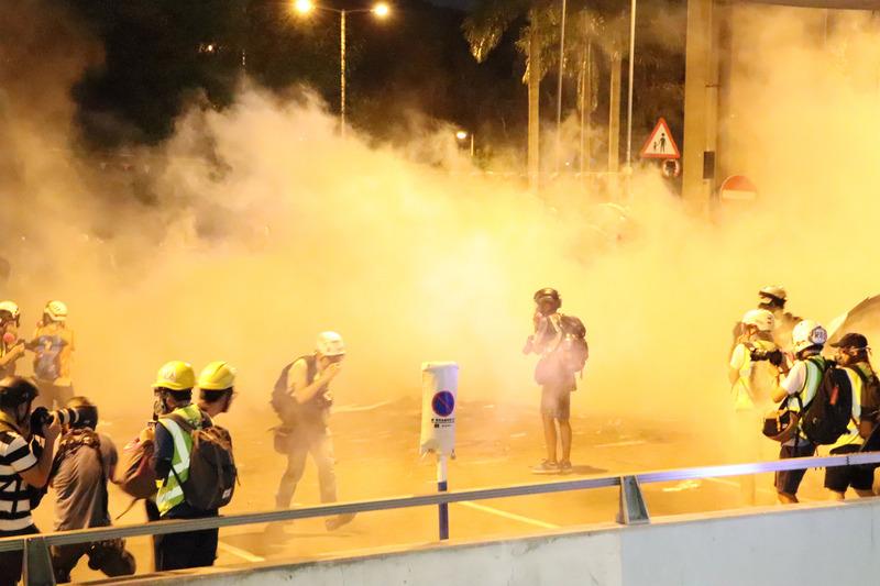 香港防暴警察27日晚間9時許,再次向留守在西鐵元朗站樓下的示威者,發射數枚催淚彈以及橡膠子彈,現場有示威者中彈倒地。(中央社)