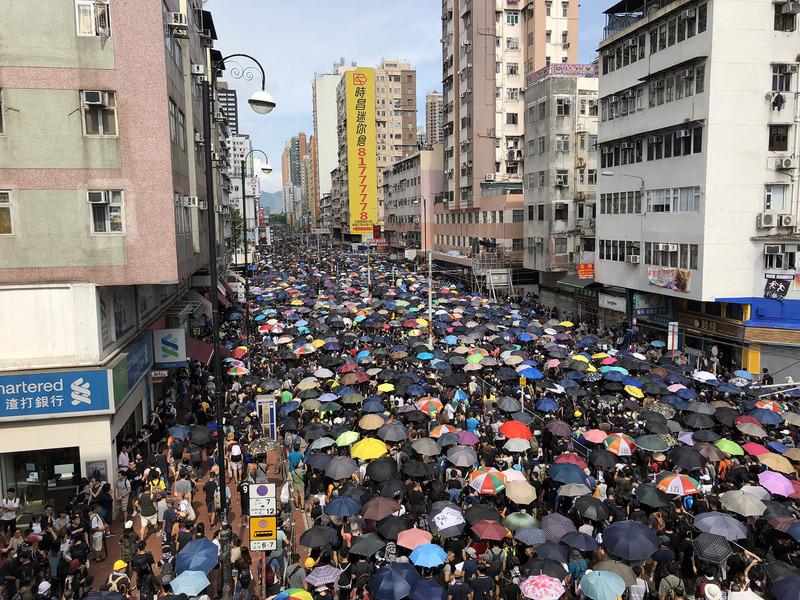 香港元朗白衣人暴力事件後,反送中支持者27日下午發起「光復元朗」行動,號召群眾聚集元朗主幹道遊行,活動雖未取得警方許可,大批民眾仍選擇勇敢走上街頭表達立場。(中央社)