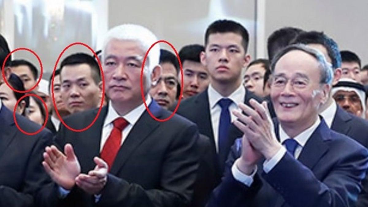 黨媒發佈的一張現場照中,站在第一排的王岐山笑容滿面在鼓掌,但在他後排右手邊,卻有兩名男子滿臉殺氣斜視著他。(網絡截圖)