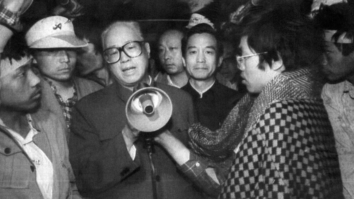 趙紫陽因在六四事件中表達對抗議人士的同情,而遭中共黨內強硬派整肅,後被軟禁在家長達十六年,直至死亡。圖為1989年5月19日,趙紫陽與絕食學生對話。(XINHUA/AFP/Getty Images)