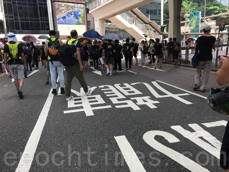 有市民在軍器廠街一帶遊行人士。(蔡雯文/大紀元)