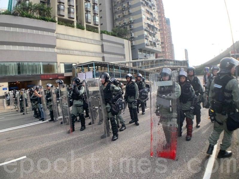 有數十名全副武裝的防暴警察干諾道西佈防戒備。(李逸/大紀元)