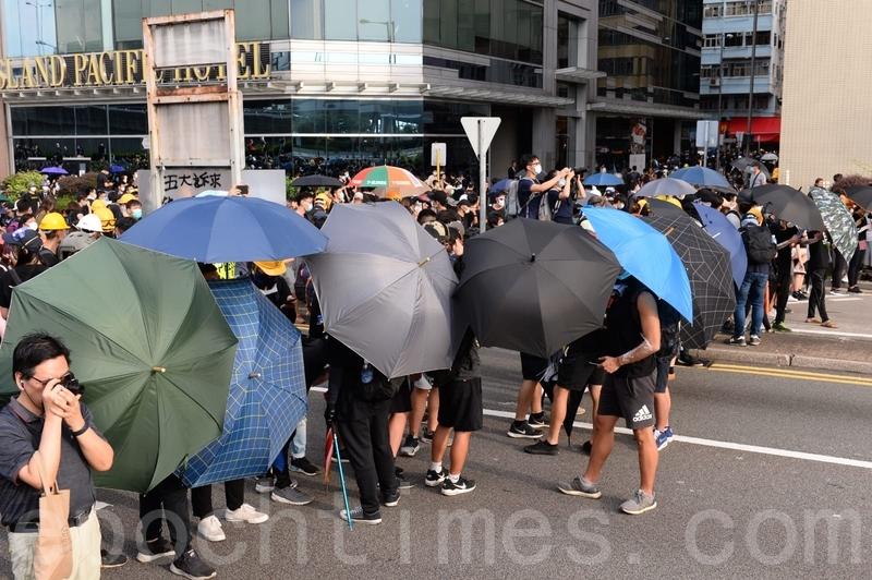 有前方示威者張開雨傘。(宋碧龍/大紀元)