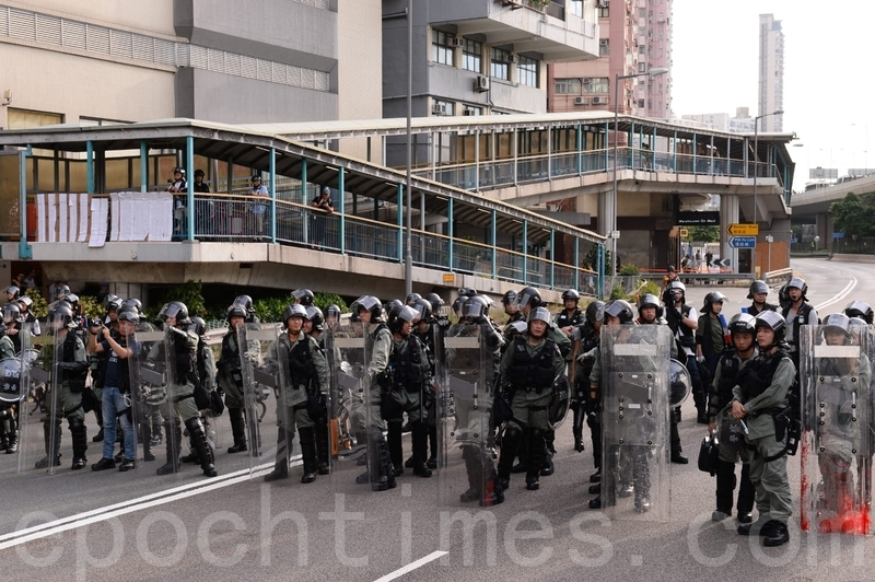 在西環干諾道西,防暴警察和示威市民相隔約一兩百米對峙。(宋碧龍/大紀元)