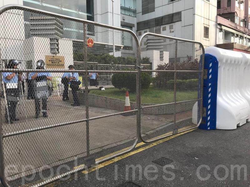 警方昨日(27日)已在加中聯辦外圍加設大型水馬,以及金屬活動閘門。(蔡雯文/大紀元)