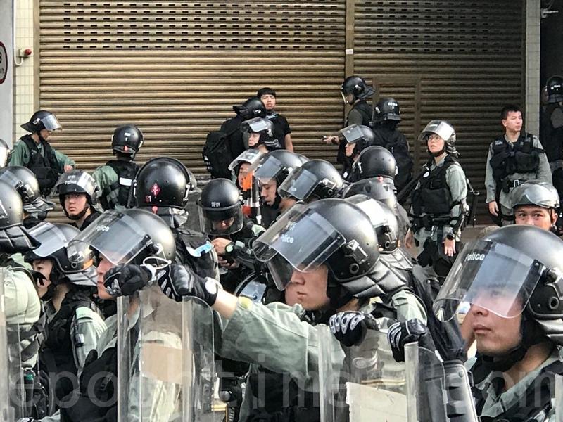 原本在記者區的香港眾志主席林朗彥,被防暴警察帶走,帶到路旁進行搜身。(蔡雯文/大紀元)