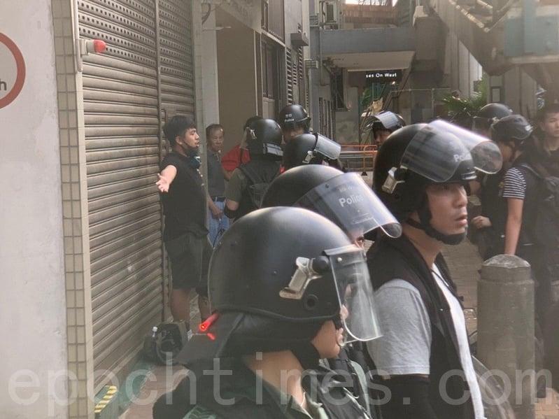 原本在記者區的香港眾志主席林朗彥,被防暴警察帶走,帶到路旁進行搜身。(李逸/大紀元)