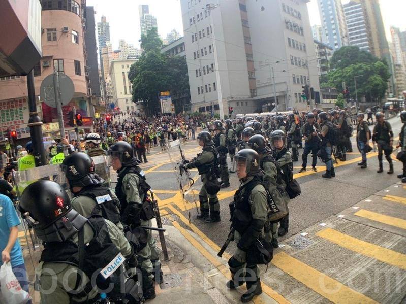 西區警署隊部有一批防暴警察戒備。(李逸/大紀元)