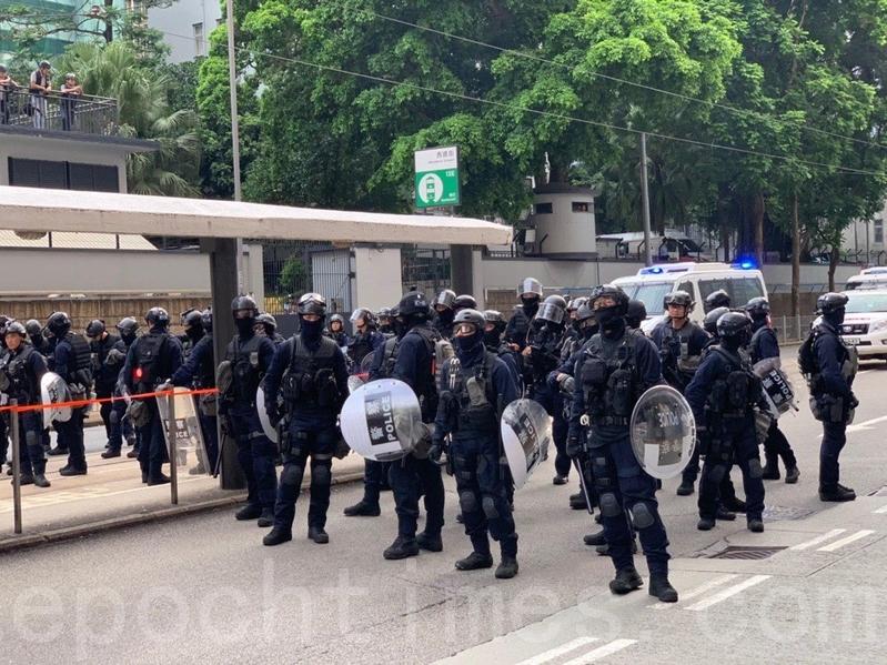 警方「速龍小隊」到場增援。(李逸/大紀元)