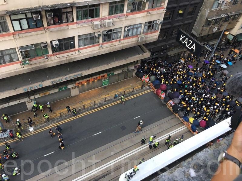 高空所見,示威人士與警方對峙,未有將防線推前。(孫青天/大紀元)