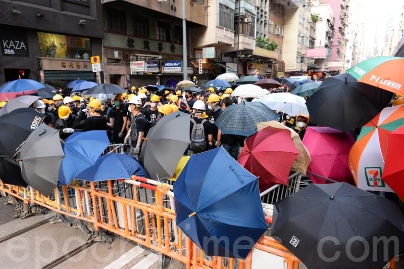 示威者以膠圍欄作防線(宋碧龍/大紀元)