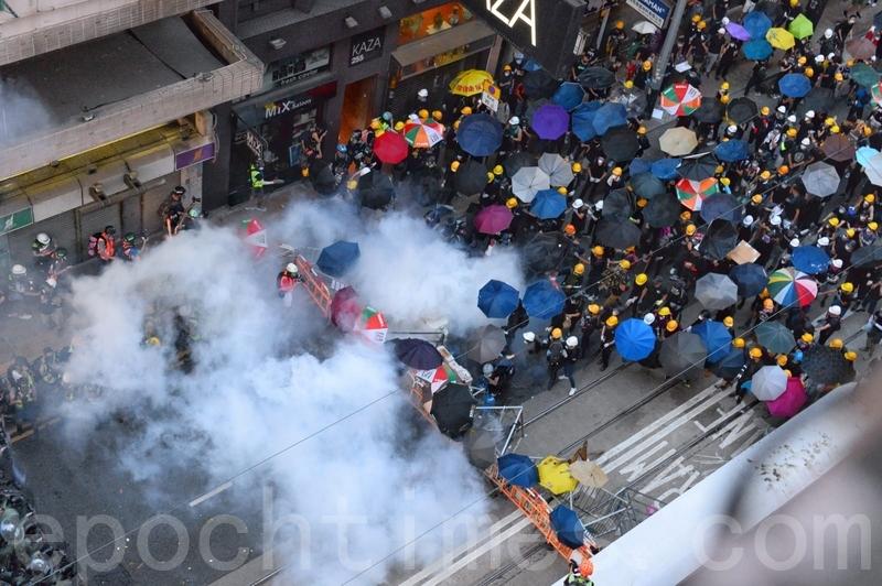德輔道西的防暴警察也在出示黑旗警告後,施放催淚彈。(宋碧龍/大紀元)
