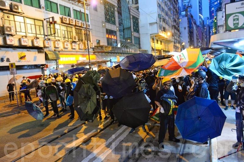 示威者以傘陣防禦。(宋碧龍/大紀元)