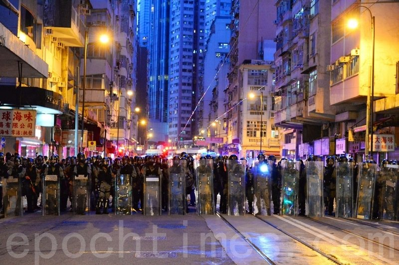警方在德輔道西路往前推進。(宋碧龍/大紀元)