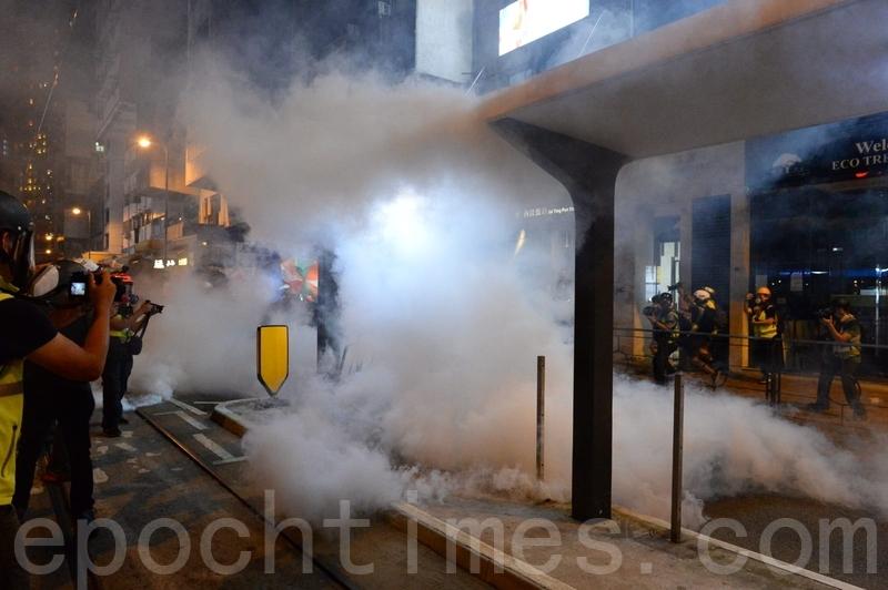 警方在德輔道西多次施放催淚彈。(宋碧龍/大紀元)