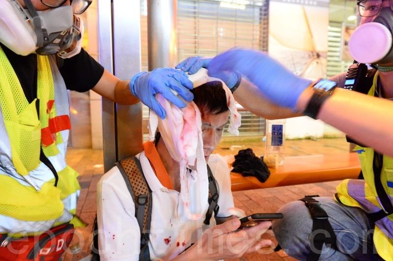 在德輔道西,有示威者頭部中彈。(宋碧龍/大紀元)