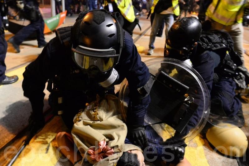 警方速龍小隊也在8時突然衝前,警方並施放催淚彈,十多位示威者被制服在地,雙手被索帶索緊。(宋碧龍/大紀元)
