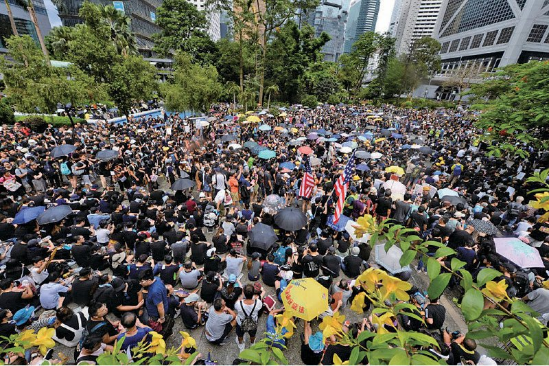 昨日有1.1萬人參加在中環遮打花園舉行的集會,抗議警方於上周日(7月21日)在上環向示威者開槍。( 宋碧龍/大紀元)