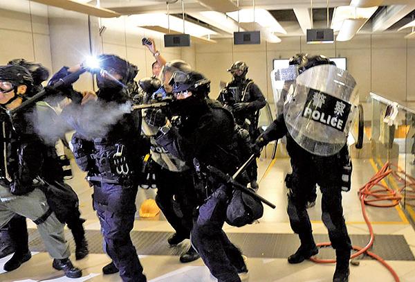 27日晚,速龍小隊一度衝入西鐵站內清場,開槍並亂棍打市民。(龐大衛/大紀元)