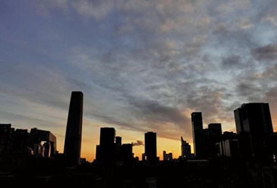 大陸房企上半年銷售下滑,逾半未達目標50%,或爆發違約潮。(AFP)
