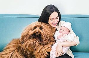 寶寶半夜哭鬧 狗狗幫到她 當牠走進寶寶房間時 寶寶就可以安心入睡了