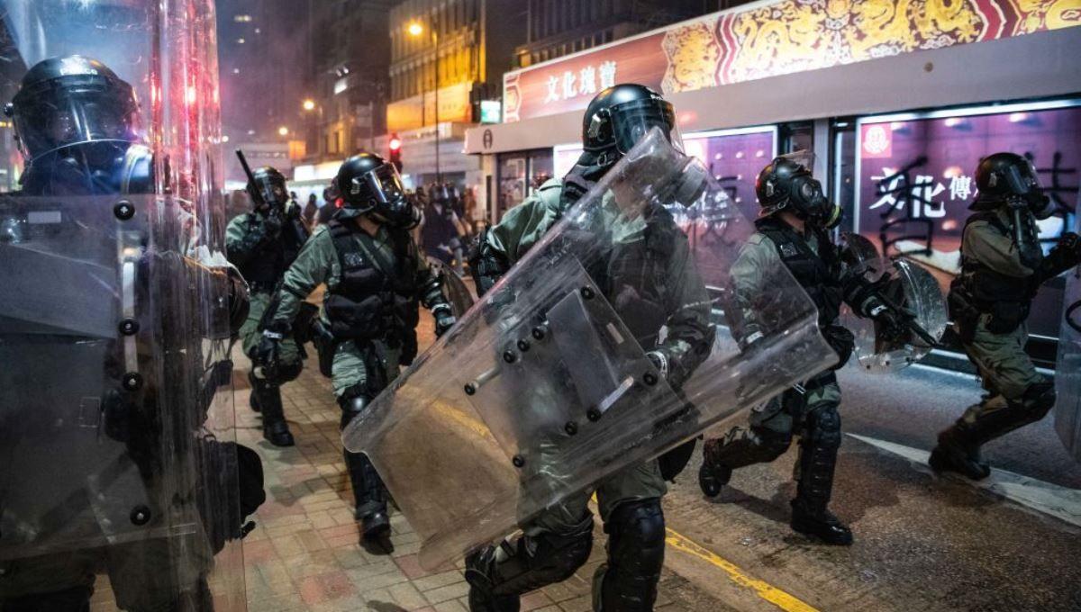 圖為2019年7月28日香港民眾在上環地區示威期間,全副武裝的香港警察在武力清場的過程中向前推進。(Laurel Chor/Getty Images)