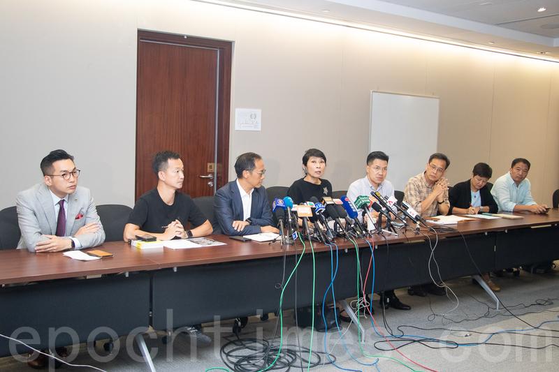 港澳辦罕有地舉行記者會回應香港近期局勢。民主派批評中共沒有回應港人的訴求,憂慮更進一步令局勢火上加油。(蔡雯文/大紀元)