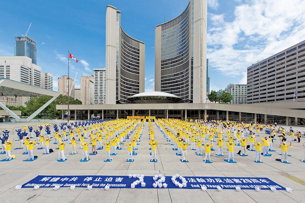 在全球法輪功學員紀念和平反迫害20周年,圖為2019年7月20日,加東法輪功學員在多倫多市政廣場集體煉功。(艾文/大紀元)