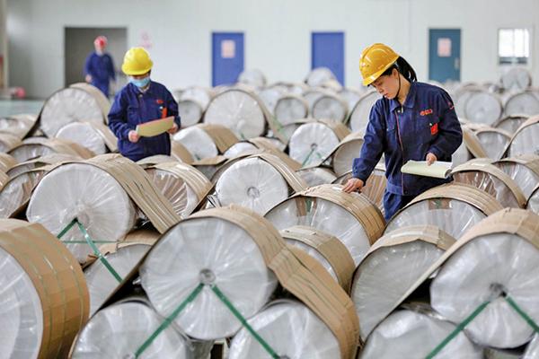 印度向中國出口了更多的海運產品、有機化學品、塑料、石油產品、葡萄和大米。圖為一家中國工廠。(AFP)