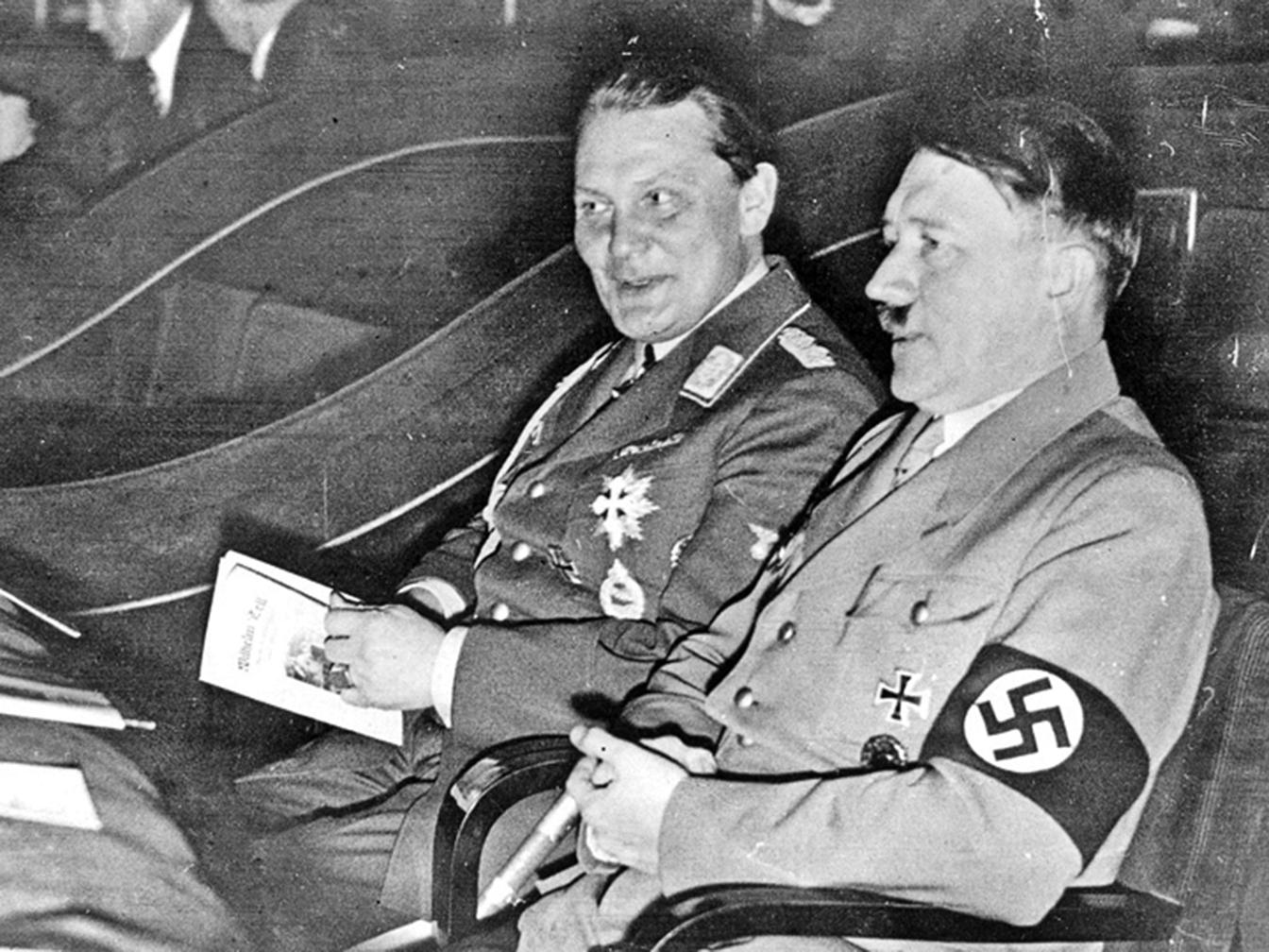 希特勒與戈林,攝於1934年。(Central Press/Getty Images)