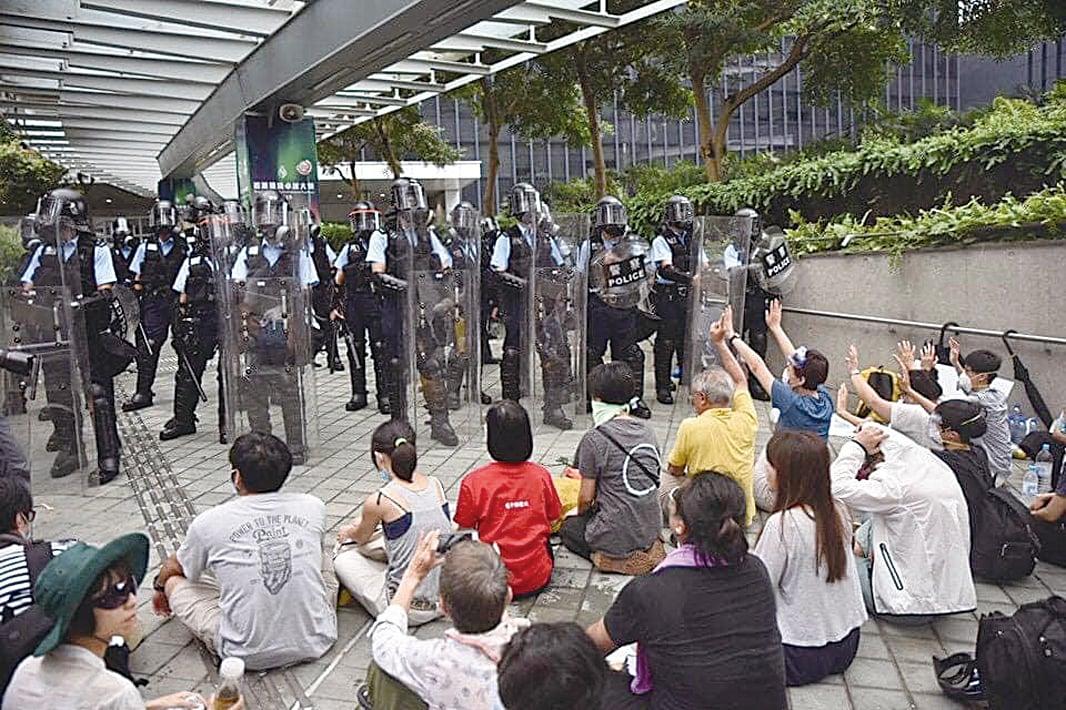 612港警開槍前,絕食團檔在防暴警察前。(黎明Facebook)