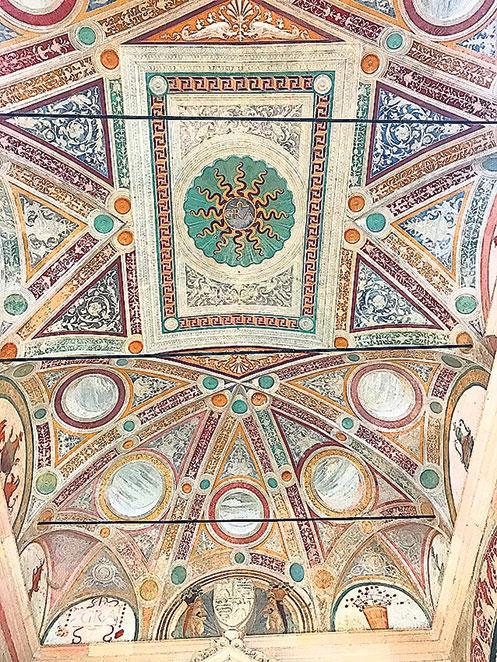 修道院入口處頂上令人讚歎的藝術。(章妮妮/大紀元)