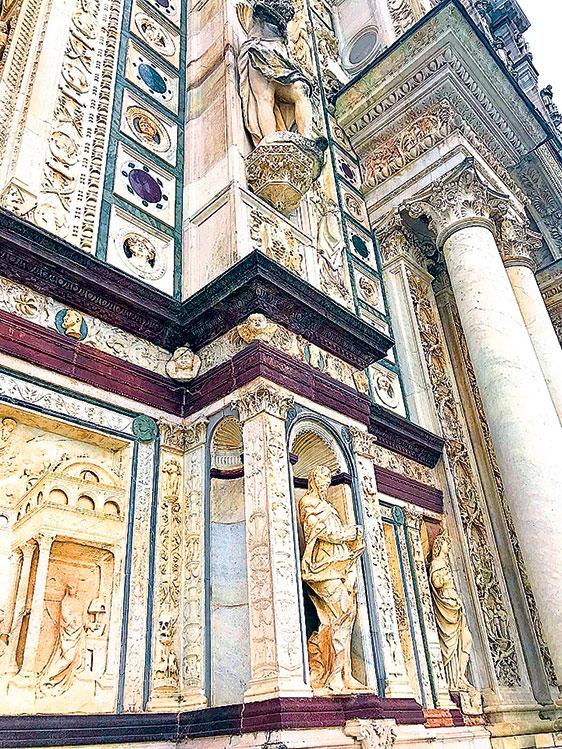 修道院教堂外牆上的雕刻。(章妮妮/大紀元)