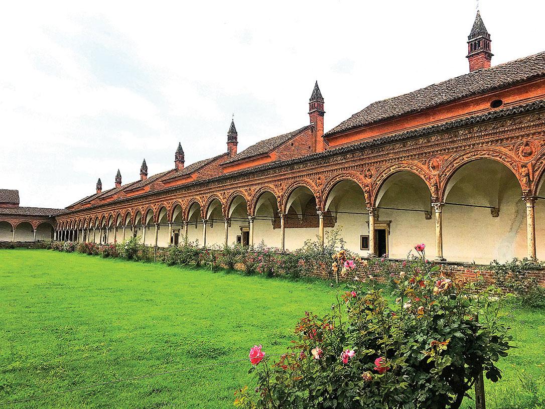 大迴廊區。那些紅頂就是各自獨立的修行室,是修道士的住所。(章妮妮/大紀元)