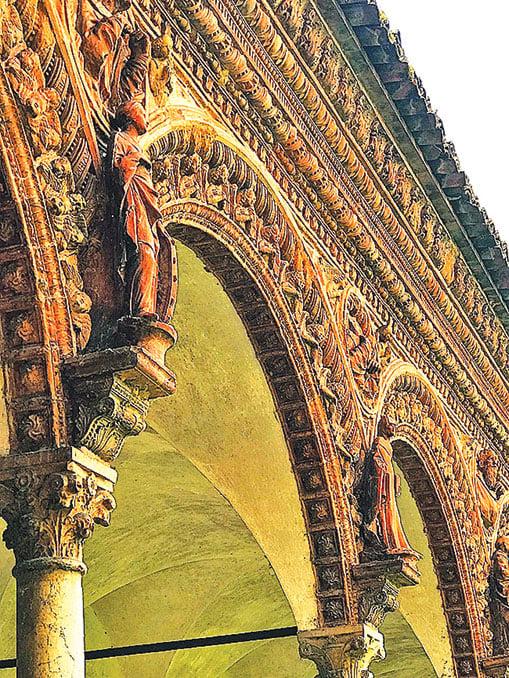 大迴廊區的每一根柱子上,都有一尊聖人在祈禱的雕像。(章妮妮/大紀元)