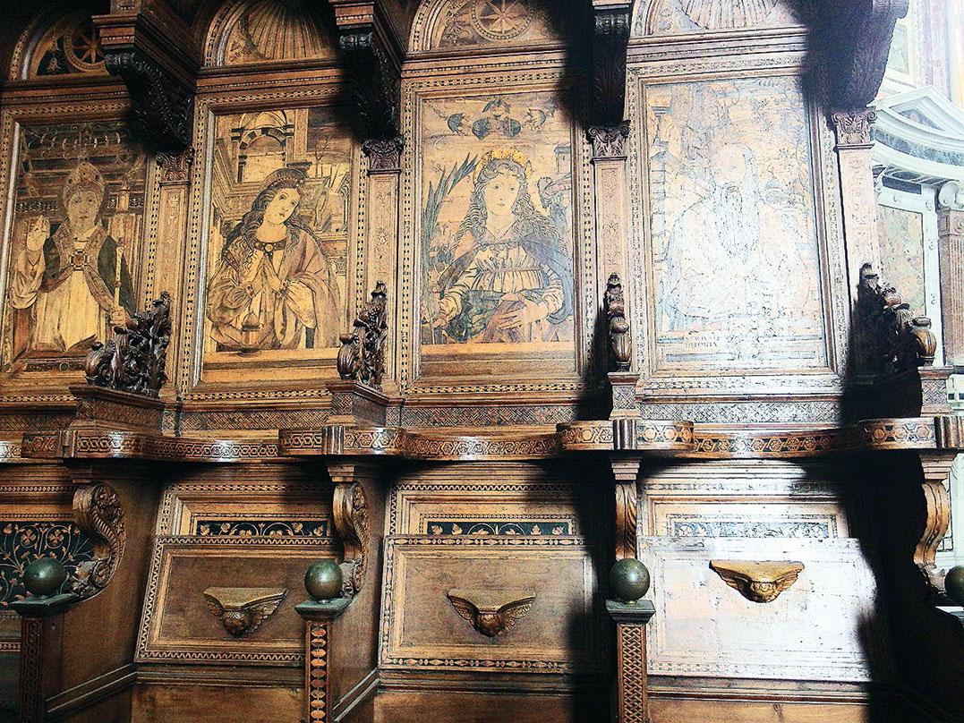 聖壇內有著木雕的座椅,每一個座位上,都有基督教聖人的畫像。(章妮妮/大紀元)