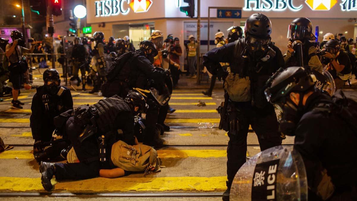 图为28日晚,香港警察在扑倒压制示威者。(Billy H.C. Kwok/Getty Images)