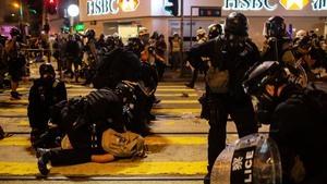 港警無差別亂槍狂射示威者 制服後再暴踢頭部