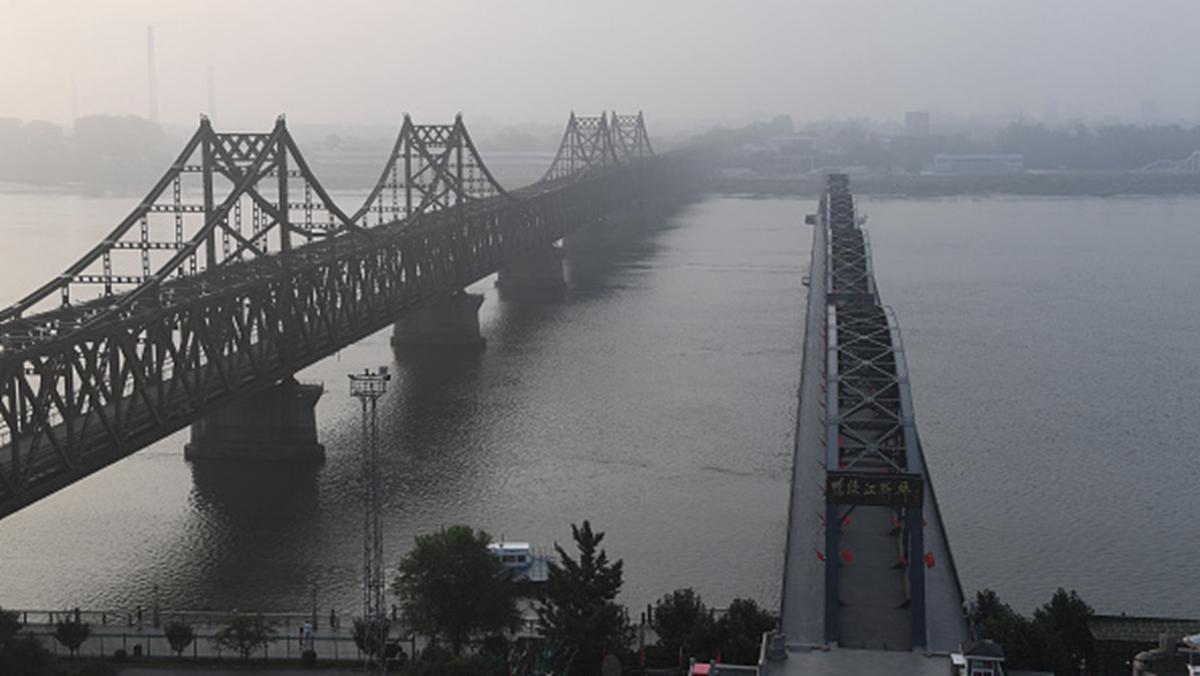 習近平對北韓承諾,中法承擔中朝邊境尚未開通的鴨綠江界河公路大橋的所有費用,約為25億元人民幣。(GREG BAKER/AFP/Getty Images)
