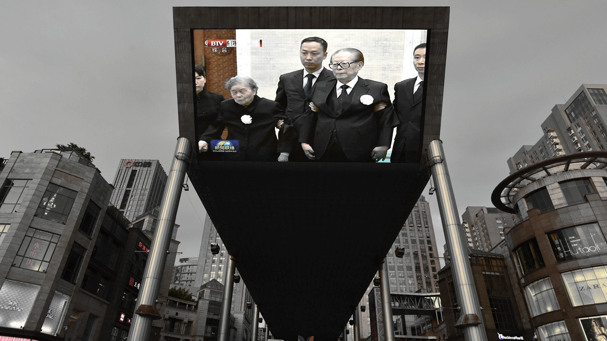 李鵬葬禮29日在北京舉行,習近平率6常委為其送上「國葬待遇」,李鵬當年的老搭檔江澤民也被架進李鵬葬禮。( GREG BAKER/AFP/Getty Images)