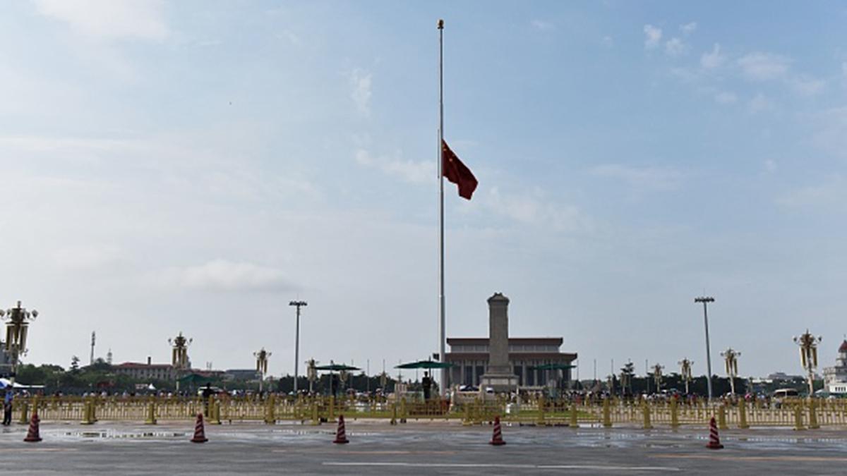 7月29日,中共為李鵬舉行葬禮,不少民眾看到天安門降半旗時,連連驚問「誰死了」。 (GREG BAKER/AFP/Getty Images)