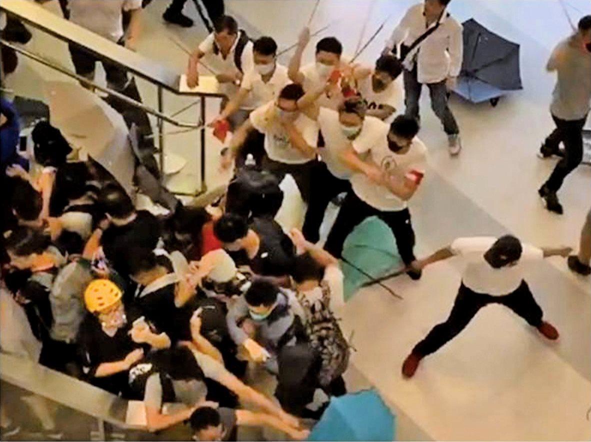 7月21日,元朗有數百名白衣暴徒襲擊市民,但警方數小時未有行動。消息指,廉政公署主動調查,是否有警務人員涉及公職人員行為失當。(影片擷圖)