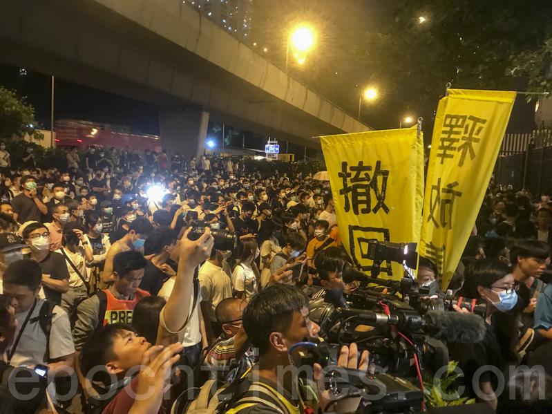 晚上有數百名市民到葵涌警署聲援被捕人士。(余鋼/大紀元)