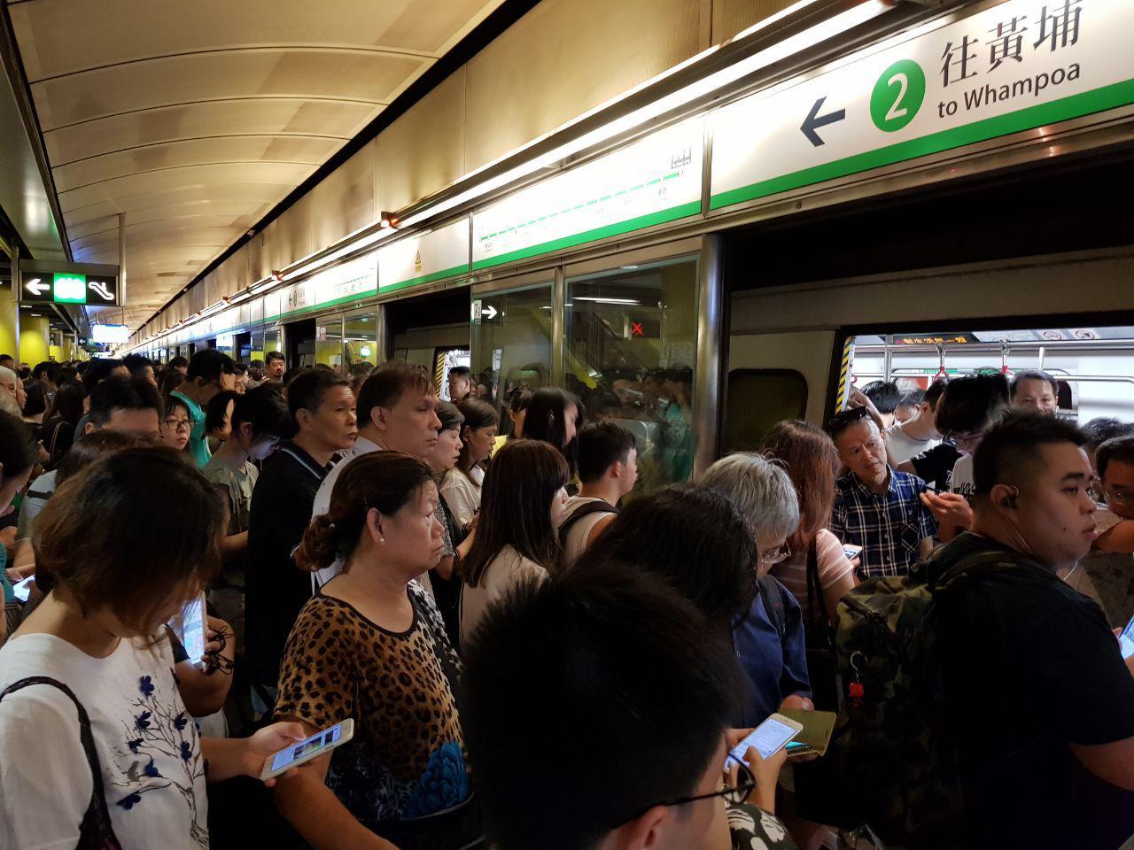 一批市民昨日分別在港鐵觀塘綫和港島綫發起不合作運動,多個車站一度暫停服務。圖為調景嶺站有人堵塞車門。(駱亞/大紀元)