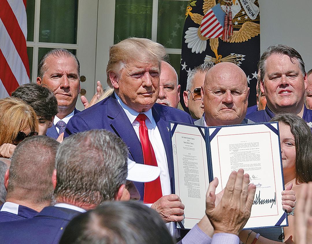 2019年7月29日,美國總統特朗普簽署法案,將911恐怖襲擊受害者賠償期限延長到2092年。(亦平/大紀元)