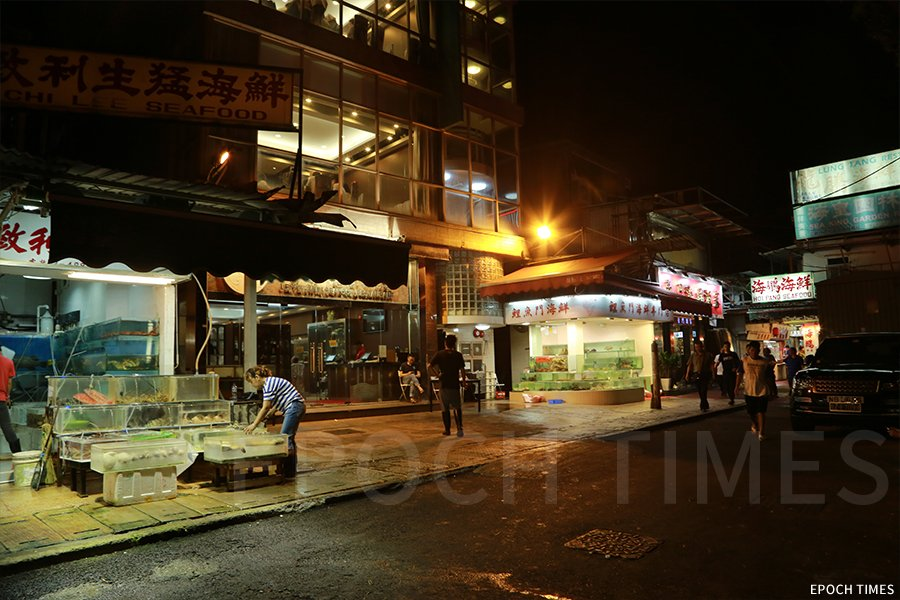談及九龍東的鯉魚門,不少人腦海中浮現的便是夜幕降臨後熱鬧的海鮮街。(陳仲明/大紀元)