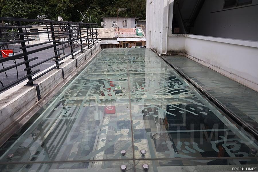 館內藝術遮光屏在太陽直射下的投影,明代《粵大記》的香港海圖就會投射到地面。(陳仲明/大紀元)
