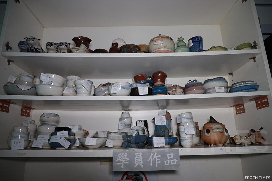 陶瓷製作室內的學員作品。(陳仲明/大紀元)