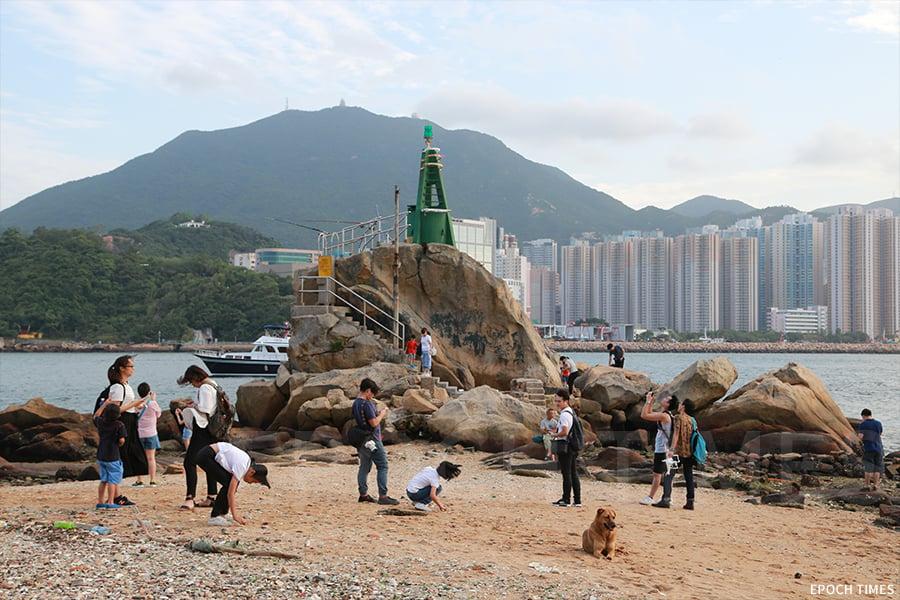 踏出鯉魚門創意館,步行幾分鐘便到鯉魚門燈塔。(陳仲明/大紀元)