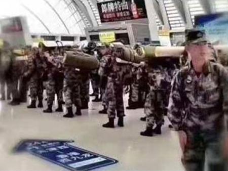 有市民拍攝到一批中國軍人揹負行李,經西九龍站進入香港。(網絡圖片)